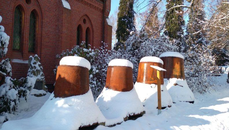 Die auf dem Friedhof aufgestellten alten Pausaer Kirchenglocken